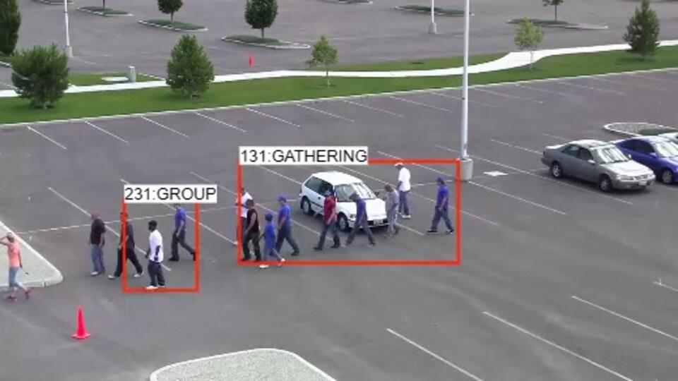 Un groupe de personnes dans un stationnement.
