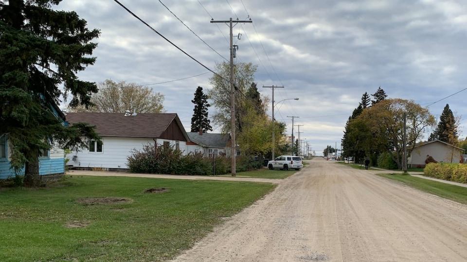 Une rue dans le village de Choiceland, en Saskatchewan, avec une voiture de la GRC au bout de la rue.
