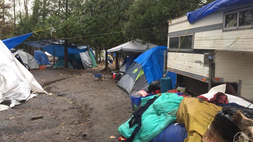 Des tentes côtoient des amoncellements de déchets dans le village de tentes de Maple Ridge. en Colombie-Britannique.