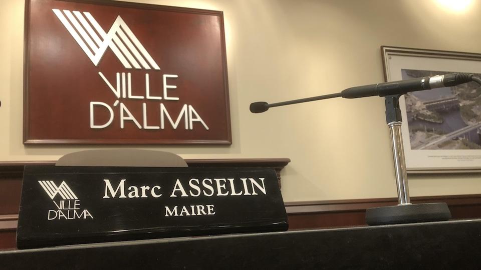 Le siège de Marc Asselin au centre de la table du conseil.