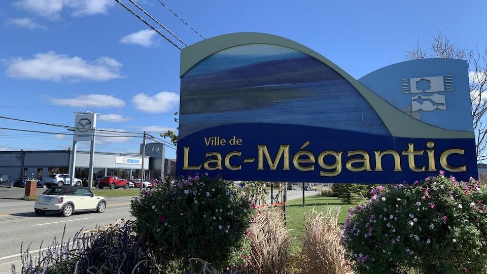 Une pancarte annonçant la ville de Lac-Mégantic, en Estrie.