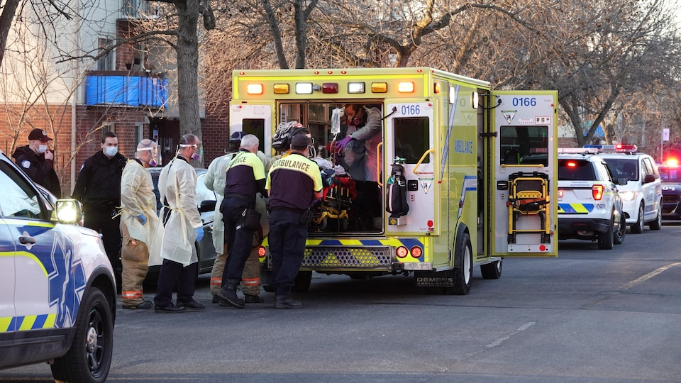 Une femme sur une civière dans une ambulance.