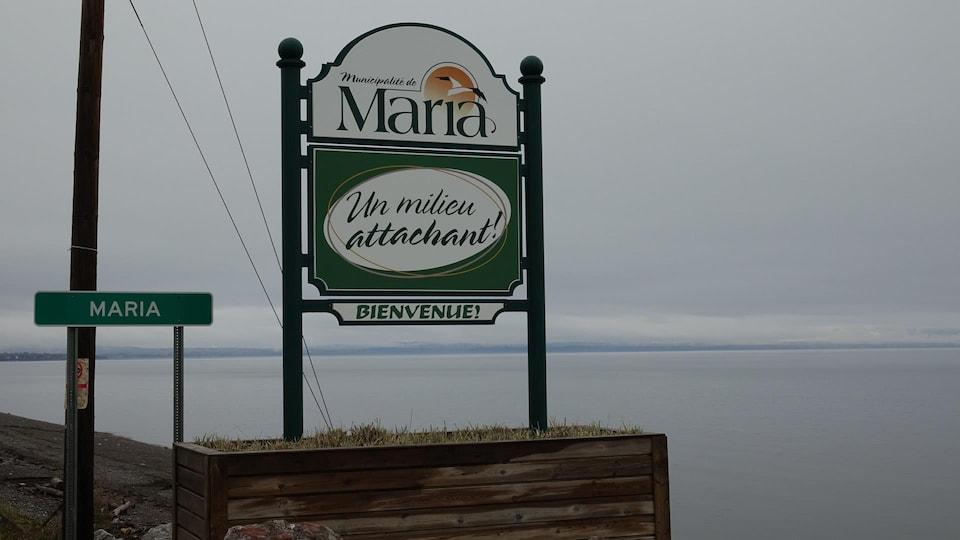 Un panneau indiquant la bienvenue dans la municipalité de Maria sur le bord de l'eau.