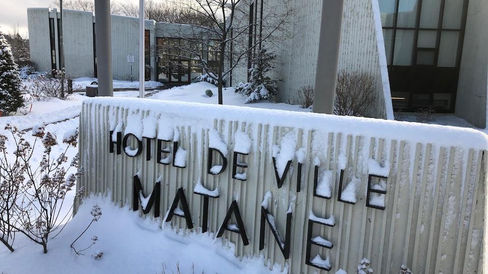 L'hôtel de ville de Matane sous la neige.