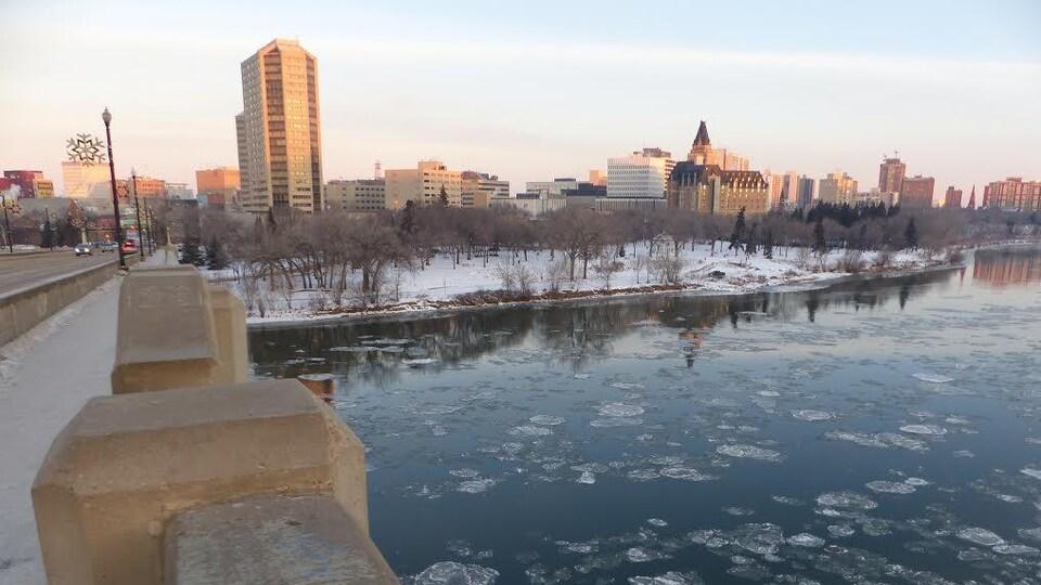 Le centre-ville de Saskatoon en hiver.