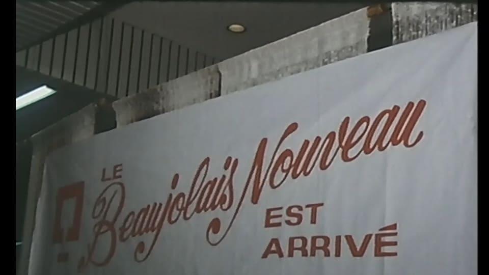 Affiche avec le logo de la SAQ où il est écrit : Le Beaujolais nouveau est arrivé.