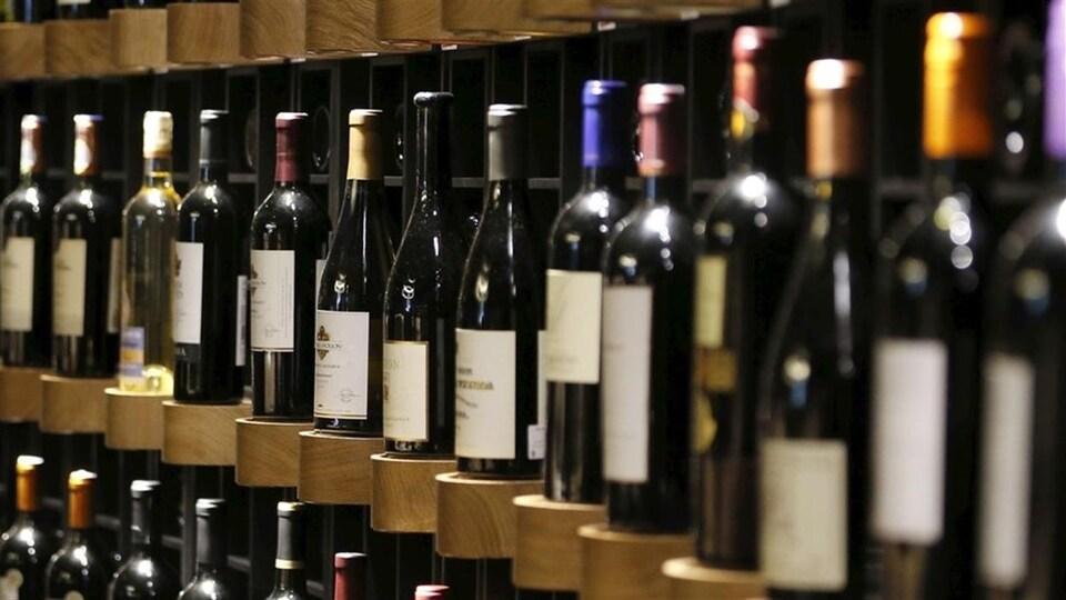 Des bouteilles de vin sur les rayons d'un magasin