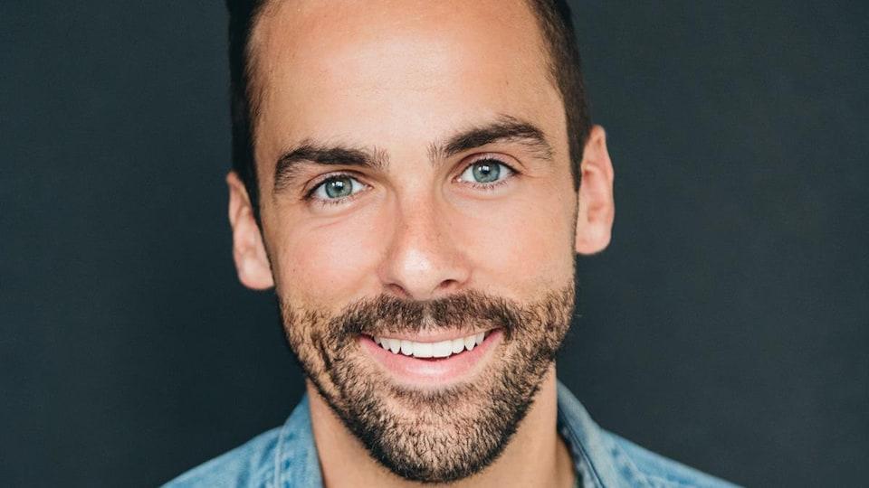 Photo de casting de Vincent. Il porte une chemise en jeans.