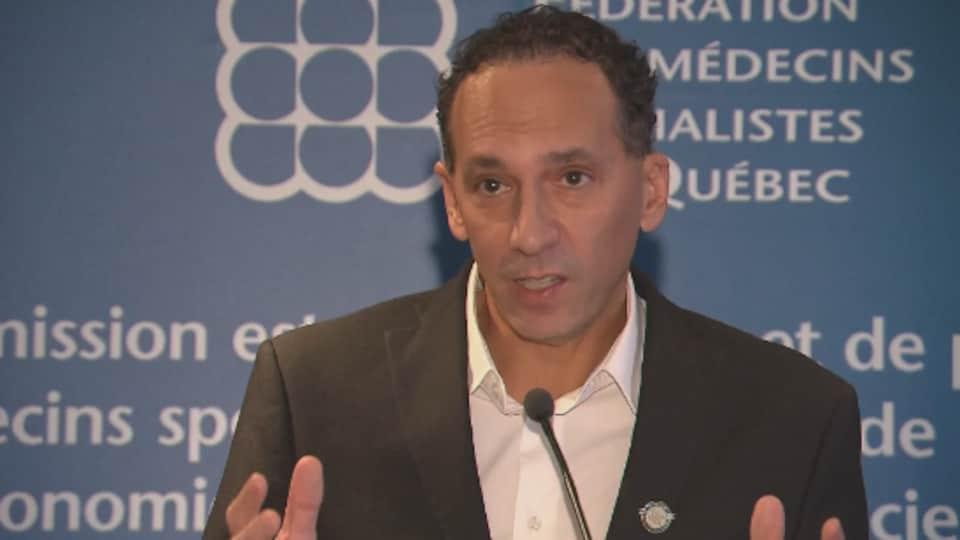 Vincent Oliva parle au micro.