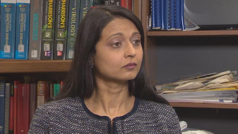 La Dre Vinita Dubey, médecin hygiéniste adjointe de la Santé publique de Toronto, donne une entrevue dans son bureau.