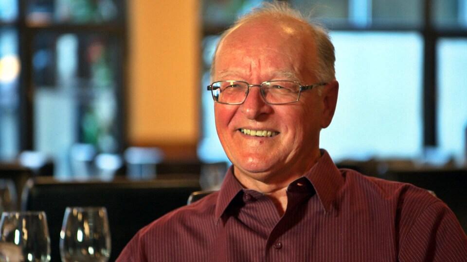 Portrait du journaliste spécialisé en vin Marc André Gagnon.