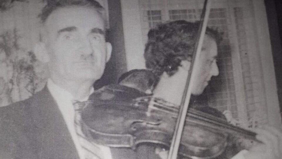 Joseph Moreau joue du violon.