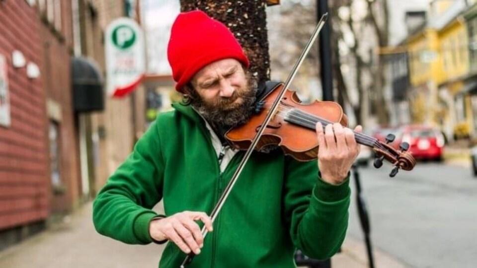 Un joueur de violon itinérant dehors.