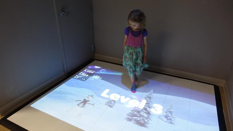 Un espace qui réagit aux pas des enfants, avec des images changeantes.