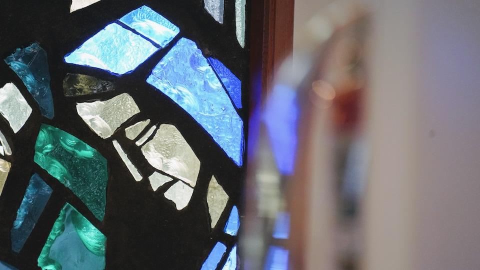 Un vitrail de l'église Saint-Thomas d'Aquin d'Edmonton, qui représente Marie.