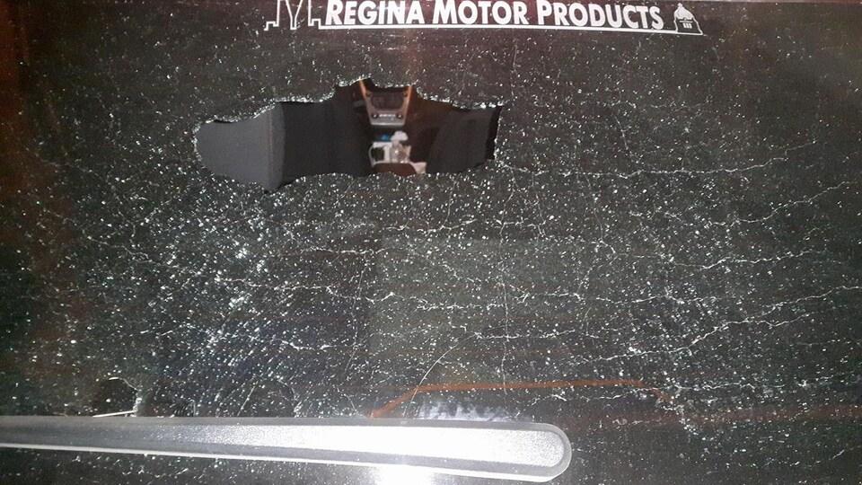 Une vitre de voiture fracassée, où on peut apercevoir l'intérieur de la voiture.