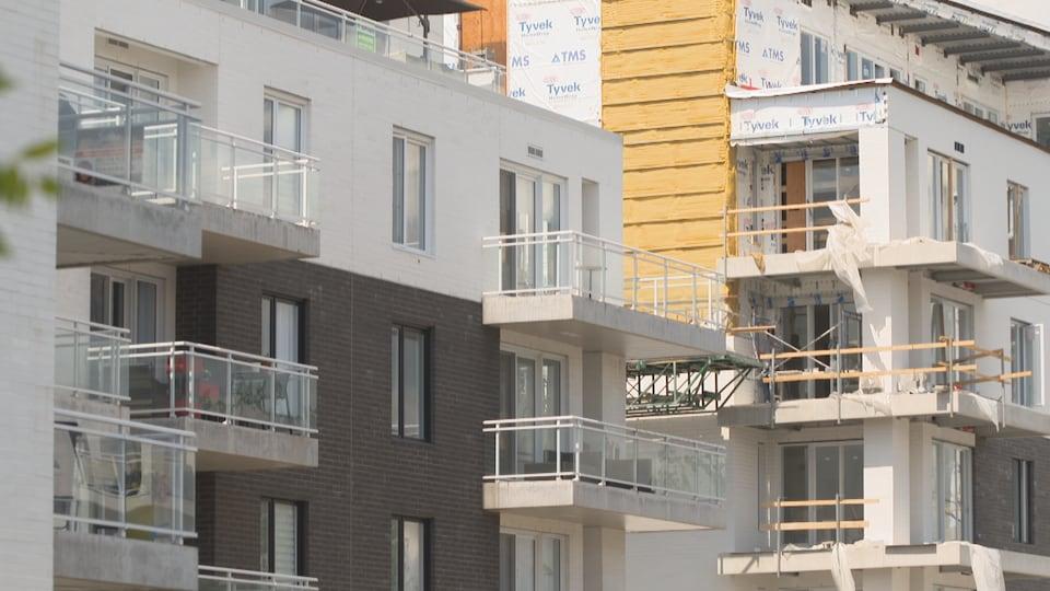 Vue extérieure d'un immeuble à logements en construction.