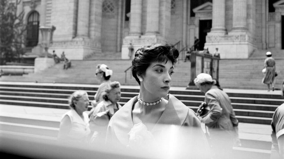 Photo noir et blanc montrant une femme dans les années 1950.
