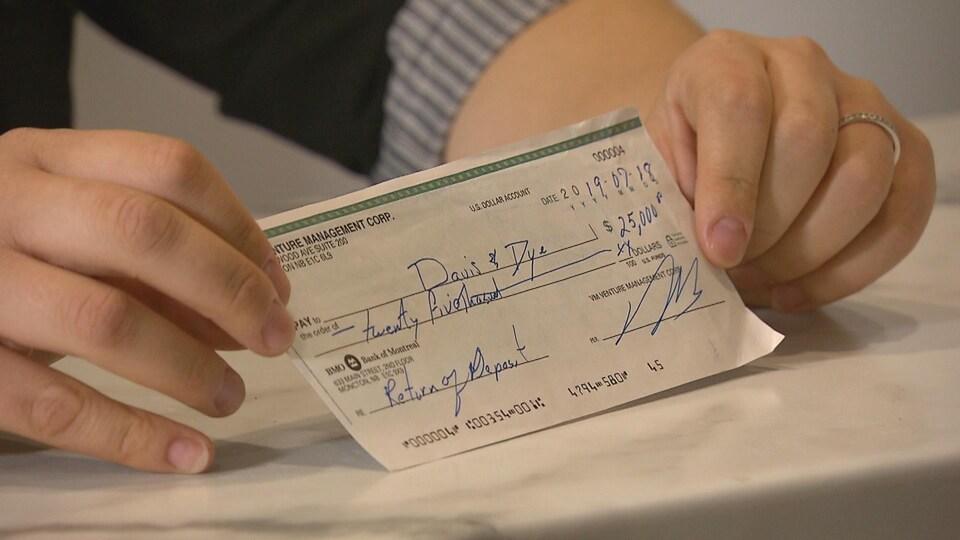 Un chèque émis au montant de vingt-cinq mille dollars.