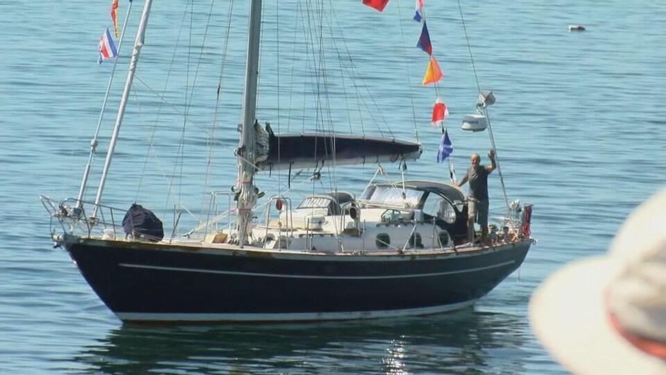 Bert terHart photographié sur son voilier à son retour à Victoria samedi.