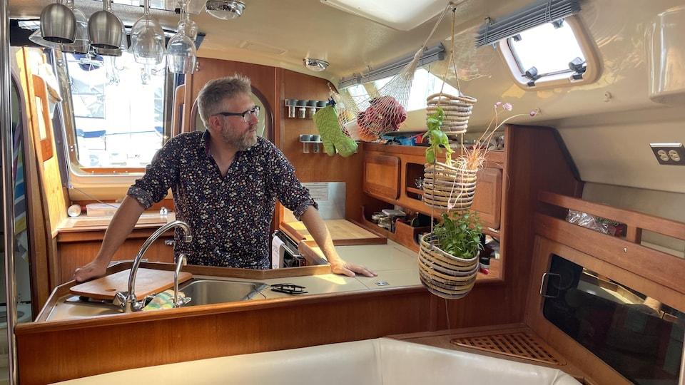 Hugo Hamel dans la cuisine du voilier.