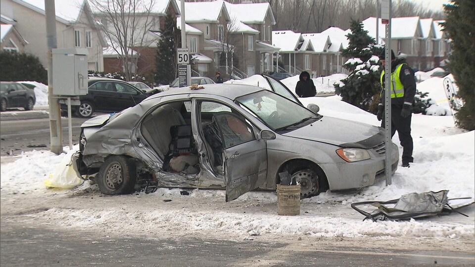 Le véhicule est lourdement accidenté.