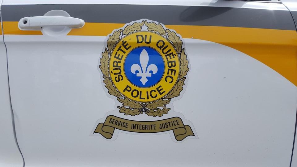 Le logo de la Sûreté du Québec sur une portière d'autopatrouille.