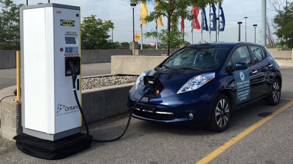Une borne de recharge pour voitures électriques à Toronto