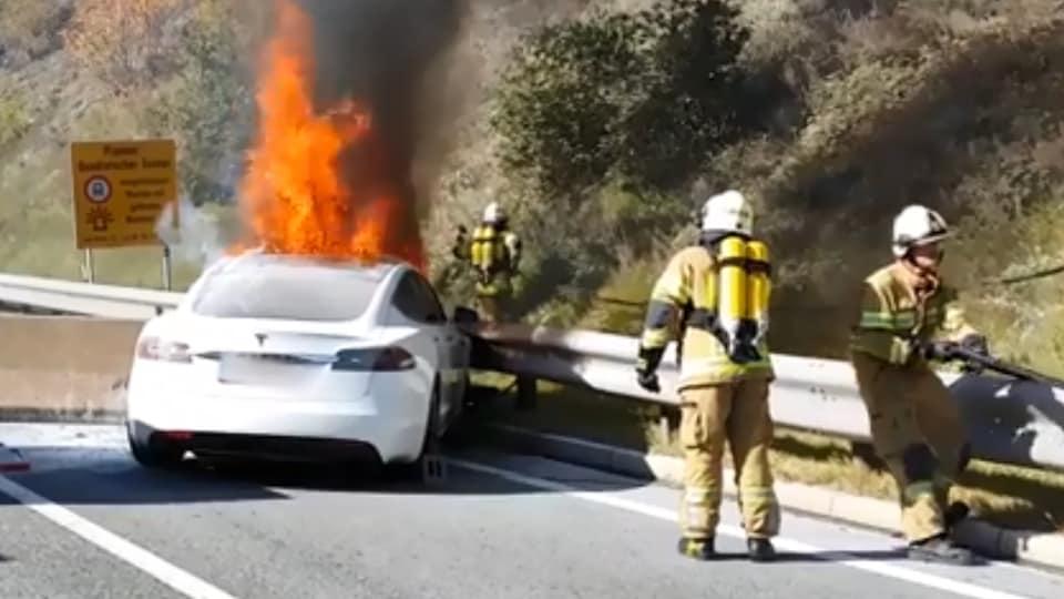 Des pompiers tentent d'éteindre le brasier.