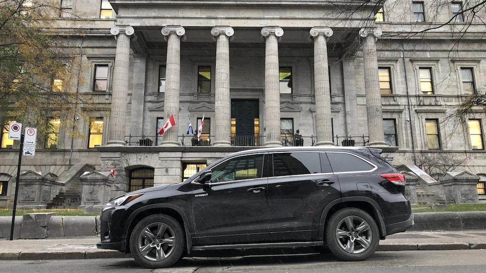 La voiture de fonction de la mairesse Valérie Plante, stationnée devant l'Hôtel de Ville.