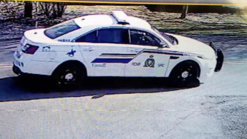 Une photo tirée d'un vidéo de surveillance montrant une autopatrouille de la GRC.