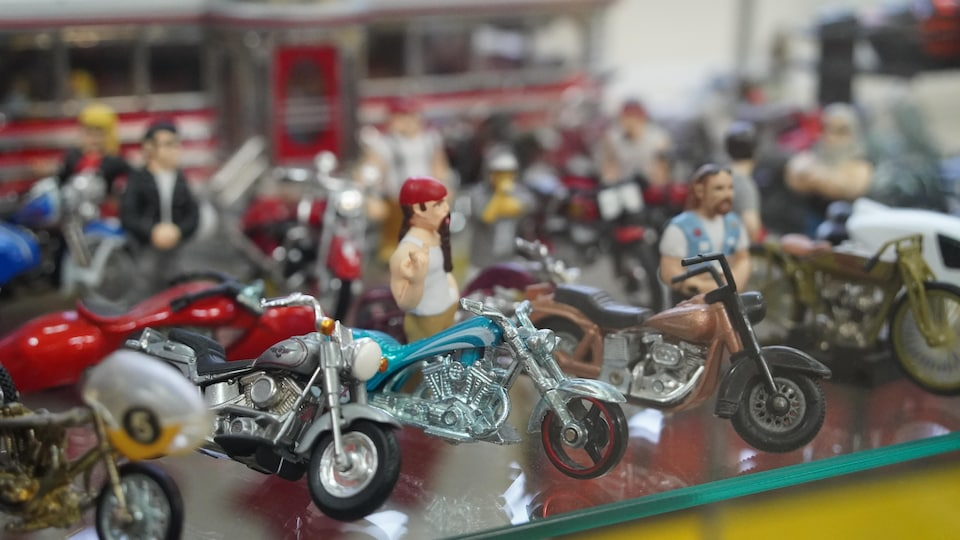 Des petites motos dans un présentoir.