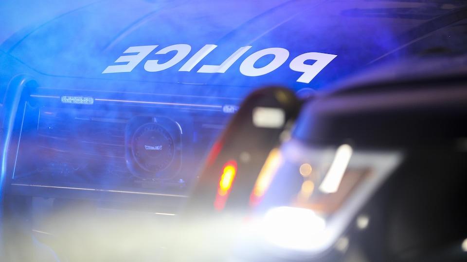 Le lettrage du mot « police » sur l'avant d'une autopatrouille.
