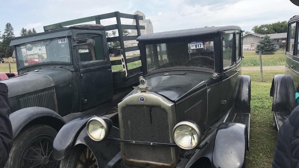Une voiture d'antan noire avec une étiquette d'enchères apposée sur la vitre principale