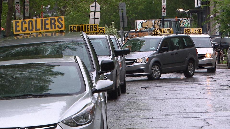 Des voitures de transport spécialisé font la file devant l'école primaire de L'Étincelle, le mardi 28 mai.