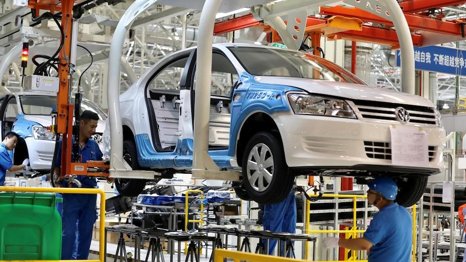 Des travailleurs dans une usine de Volkswagen.
