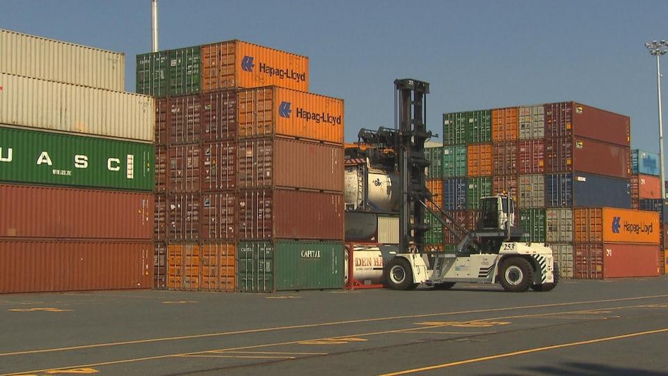Un charge conteneur en marche dans le port de Montréal.