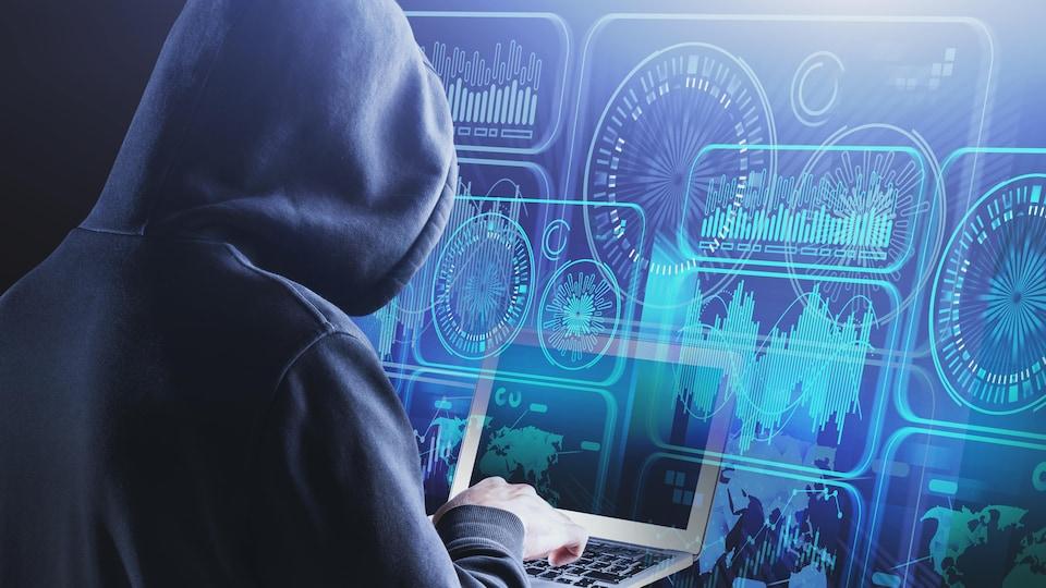 Un pirate informatique devant un ordinateur portable.