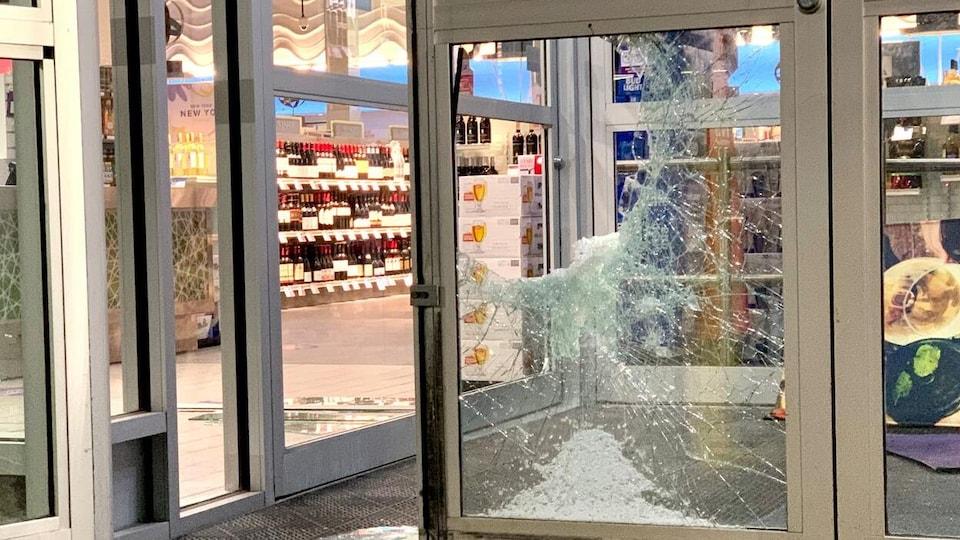 La vitre sur la porte d'entrée d'un magasin d'alcool a été fracassée par des voleurs.