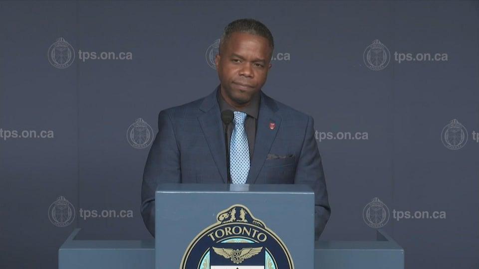 Un détective de police en conférence de presse.