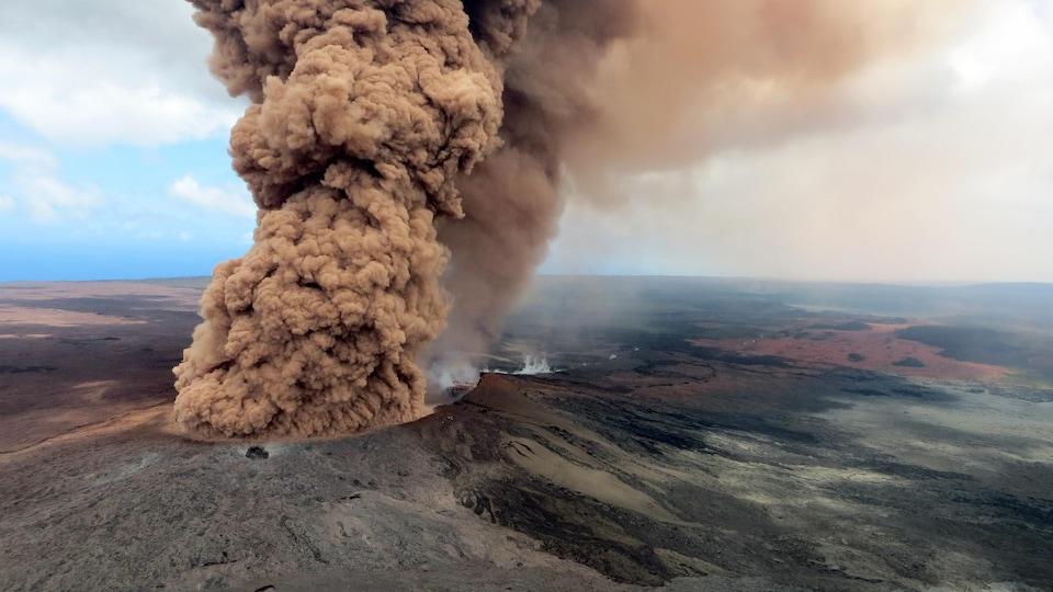 De la fumée sort du cratère.
