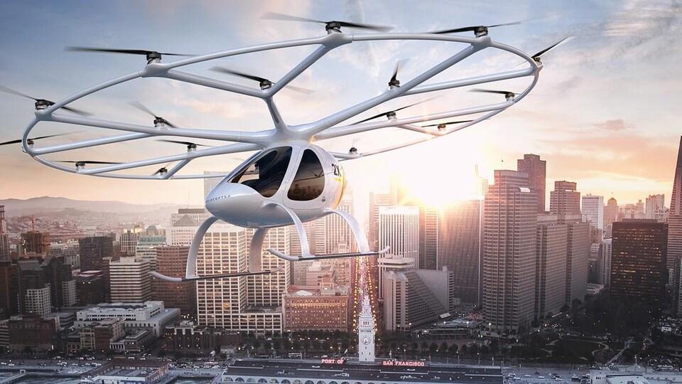 Un volocopter muni de 18 petites turbines survol le centre-ville de San Francisco, dans une projection de l'entreprise allemande que le fabrique.
