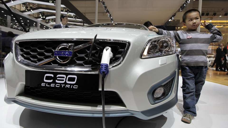 Un modèle de voiture électrique de marque Volvo.