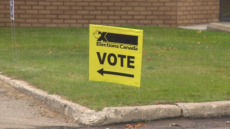 Une pancarte jaune d'Élections Canada.