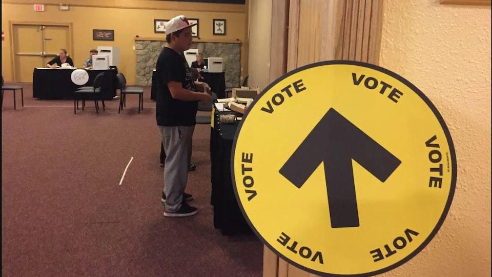 Un électeur autochtone dans un bureau de vote.