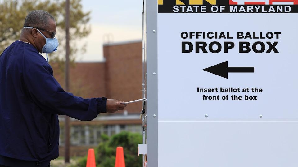 Un électeur déposant son bulletin de vote à Baltimore, dans le Maryland.