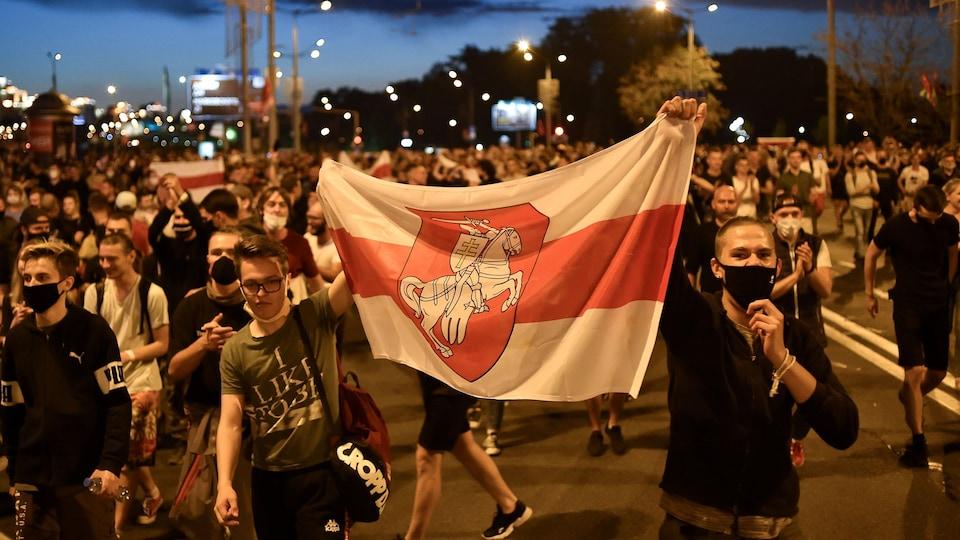 Des manifestants masqués à Minsk.