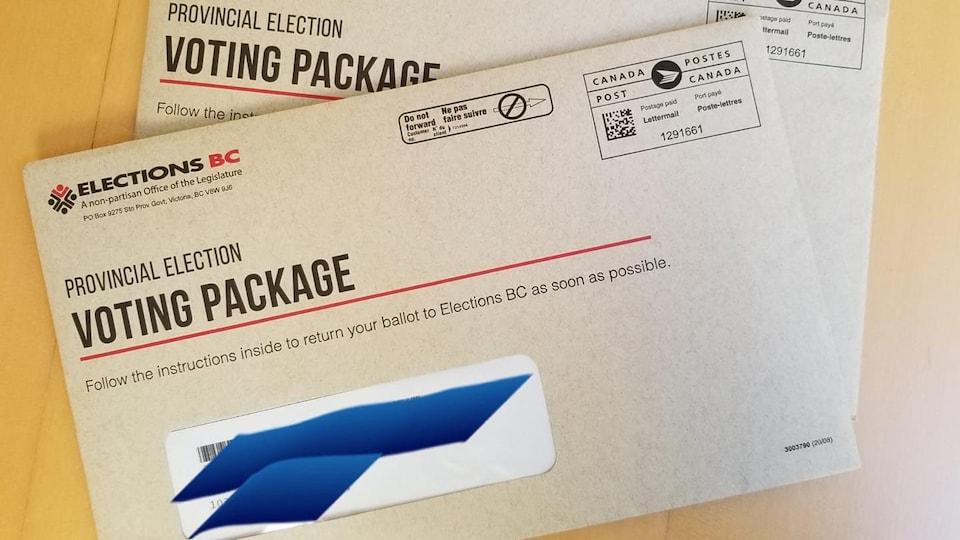 Des enveloppes de vote par la poste pour les élections de 2020 en Colombie-Britannique.