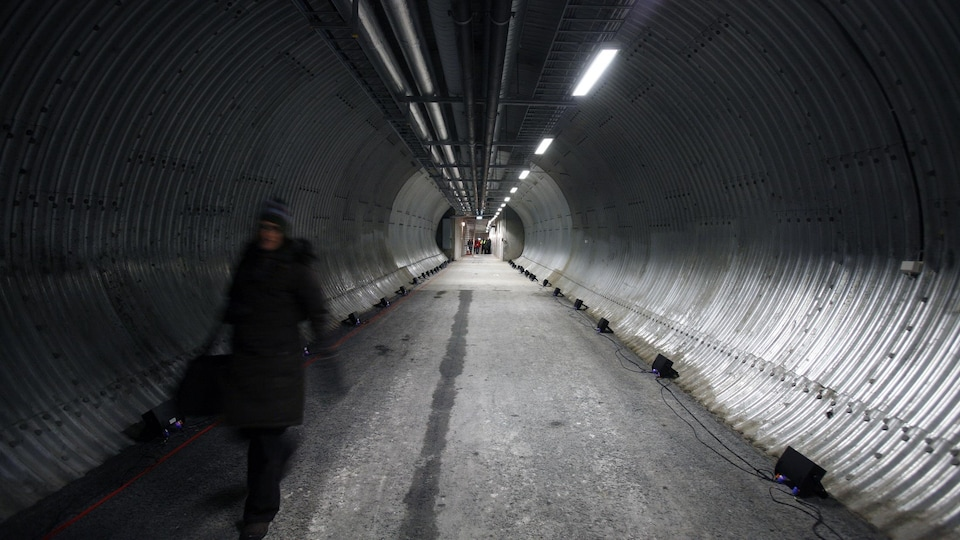 Une femme marche dans le tunnel de la voûte.