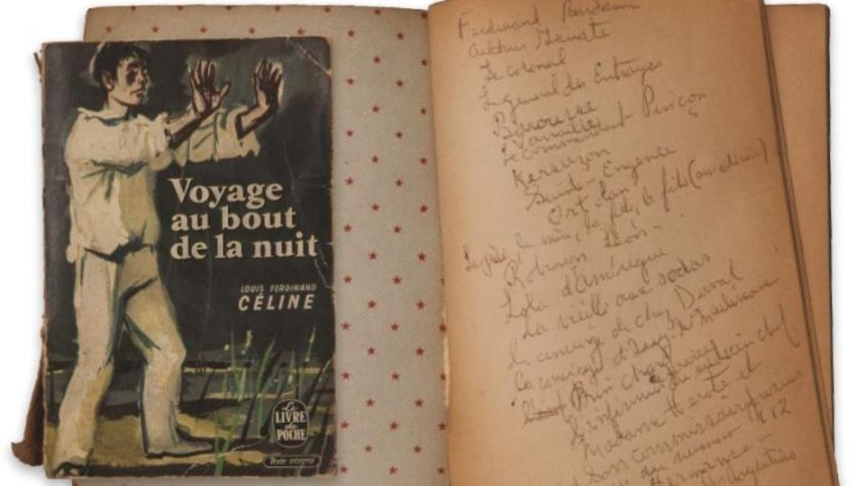 Un vieux roman jauni ouvert. Une des pages est annotée.